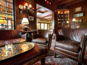 leather chairs and couch at the Deer Mountain Inn